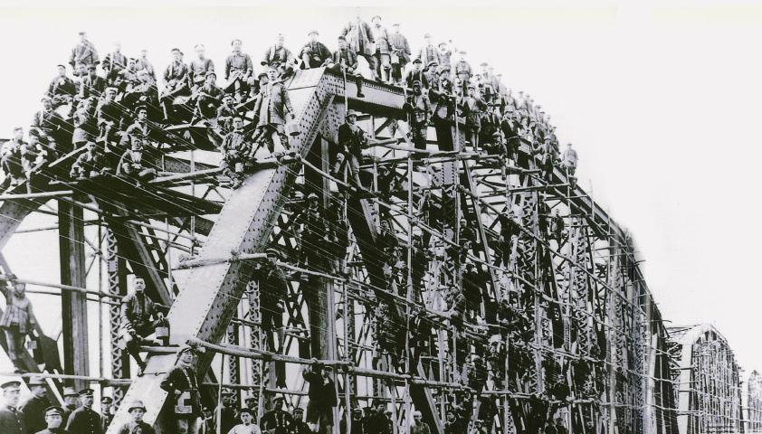 大正8年(1919年)の天竜川橋梁塗り替え工事と塗工部所属の塗装工。