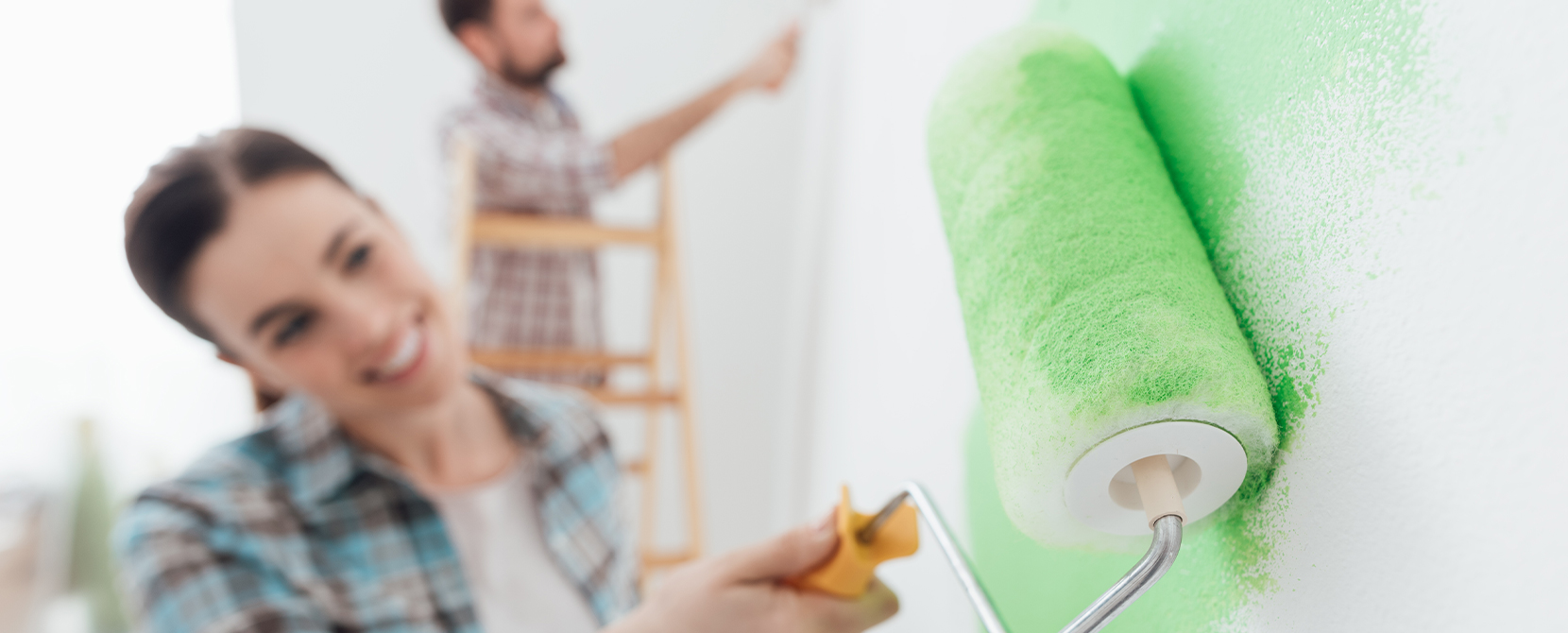 A paint which hardly spatters during painting using a paint roller