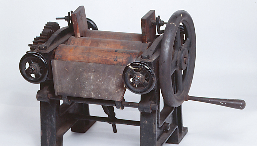 Hand-operated roll mill