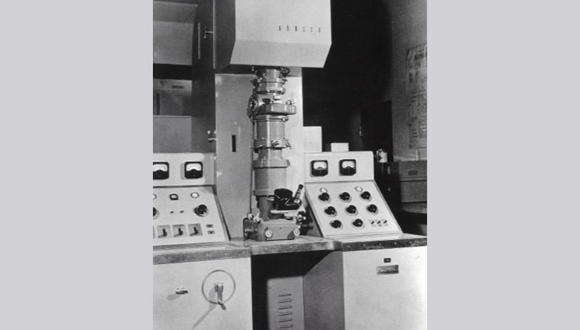国産2号機となるSUM-1型電子顕微鏡